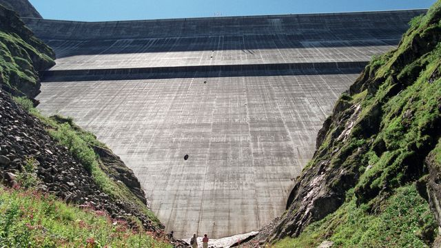 Le mur du barrage de la Grande-Dixence vu d'en-bas. [Andrée-Noëlle Pot - Keystone]