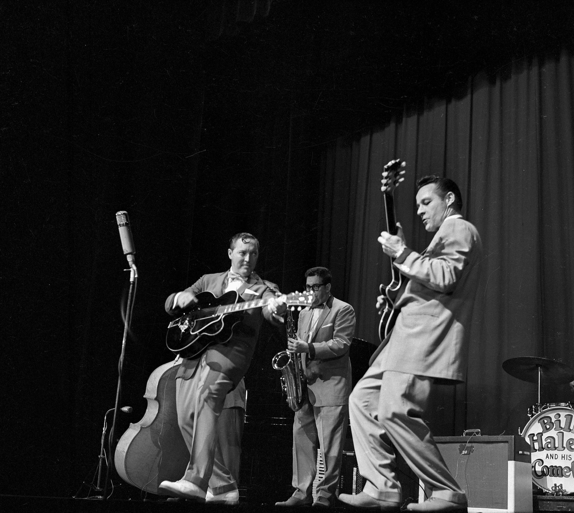 "Bill Haley (1925-1981), guitariste, chanteur et chef d'orchestre de rock and roll américain et son groupe, les ""Comets"". Paris, Olympia, octobre 1958."