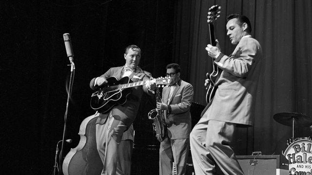 """Bill Haley (1925-1981), guitariste, chanteur et chef d'orchestre de rock and roll américain et son groupe, les """"Comets"""". Paris, Olympia, octobre 1958. [Roger Viollet /  Lipnitzki/ AFP]"""