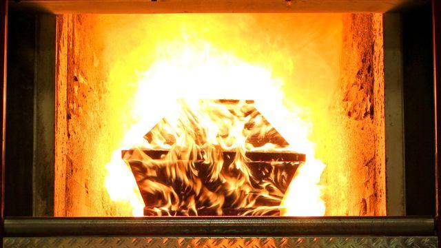 Un cercueil brûle dans un crématorium. [Fotolia]