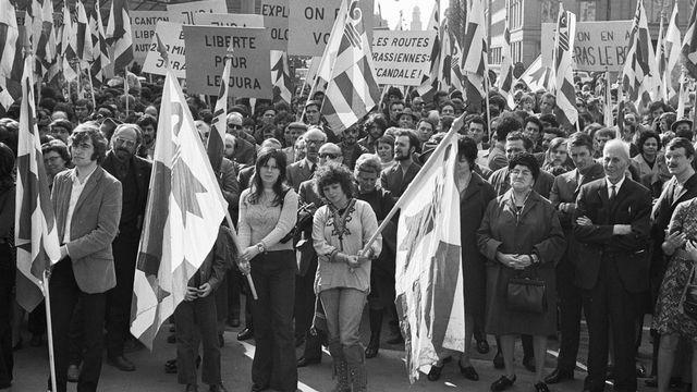Manifestation du mouvement séparatiste jurassien en 1972 à Berne. [Keystone]