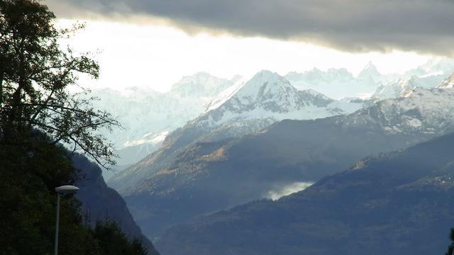 En direction du glacier du Trient depuis les hauts de Blonay, on peut voir le ciel dégagé côté Valais. [Catherine Crevoisier Boyer - vosinfos]