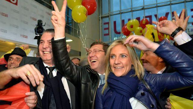 L'arrivée triomphale du MCG dans le hall Uni Mail à Genève, avec Mauro Poggia entourée de Céline Amaudruz et Eric Stauffer. [Martial Trezzini - Keystone]
