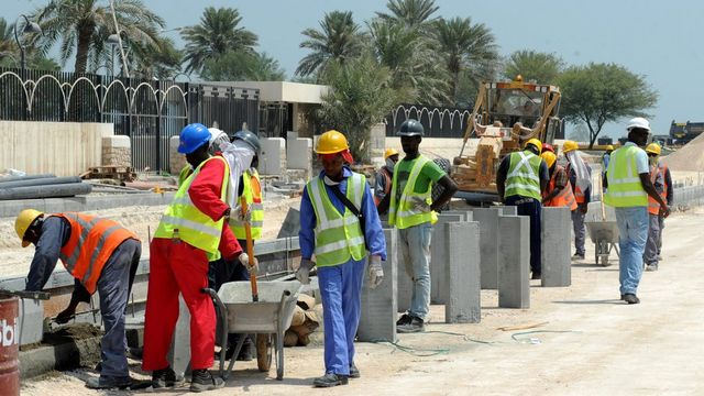 Les travailleurs immigrés qui travaillent sur les chantiers de la coupe du monde sont exploitées, selon un nouveau rapport d'Amnesty international. [EPA/Keystone]