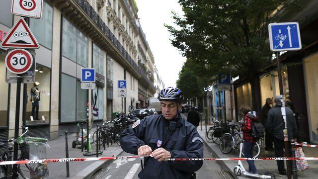 """La police a mis en place un périmètre de sécurité autour du bâtiment de la rédaction du journal """"Libération"""". [Kenzo Tribouillard - AFP]"""