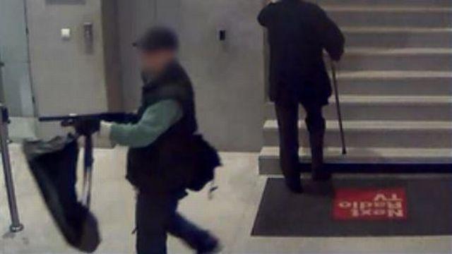 2. Lundi 18 novembre, aux environs de 10h15, un homme pénètre dans les locaux du quotidien Libération à Paris, dans le 3e arrondissement. Il ouvre le feu à deux reprises. Un photographe est grièvement blessé. Il s'agirait du même individu qui a menacé le rédacteur en chef de BFM TV vendredi. [BFM TV]