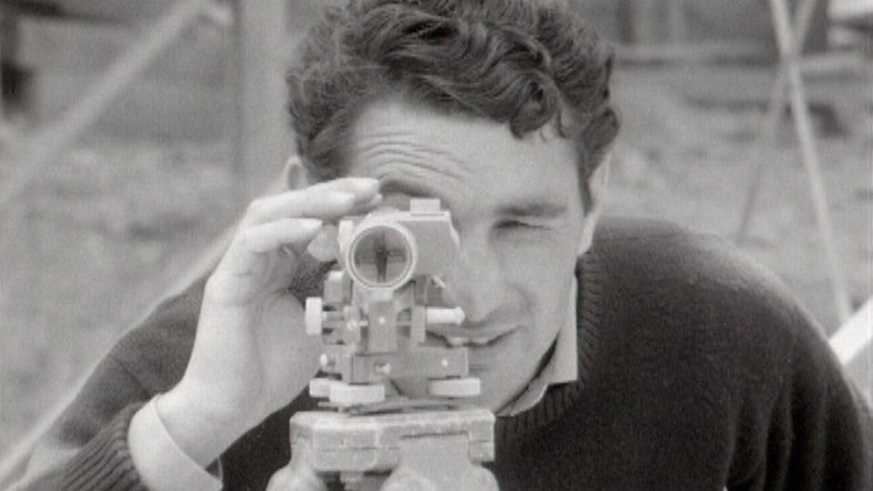 Géomètre sur un chantier d'autoroute en 1967. [RTS]