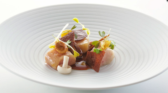 Une création culinaire du Restaurant focus, du Park Hôtel Vitznau, qui a reçu une deuxième étoile au Guide Michelin. [Restaurant focus, Park Hôtel Vitznau - RTS]