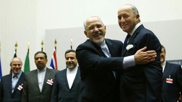 """Le """"hug"""" de Javad Zarif à son homologue français Laurent Fabius publié sur Twitter. [Denis Balibouse - Reuters]"""