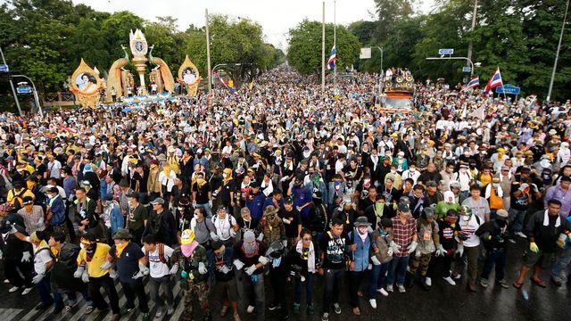 Des centaines d'opposants au gouvernement thaïlandais sont descendus dans les rues de Bangkok. [Rungroj Yongrit - EPA/Keystone]
