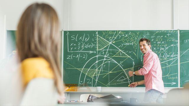 Un professeur enseigne les mathématiques. [AFP]