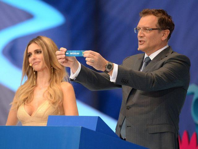 """Jérôme Valcke, secrétaire général de la FIFA, présente le billet """"Switzerland"""". [Marcus Brandt - Keystone]"""