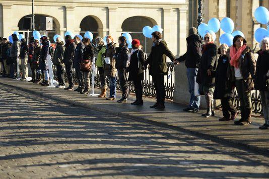 Une chaîne humaine contre la violence faite aux filles a été organisée à Zürich par l'UNICEF [Steffen Schmidt - Keystone]