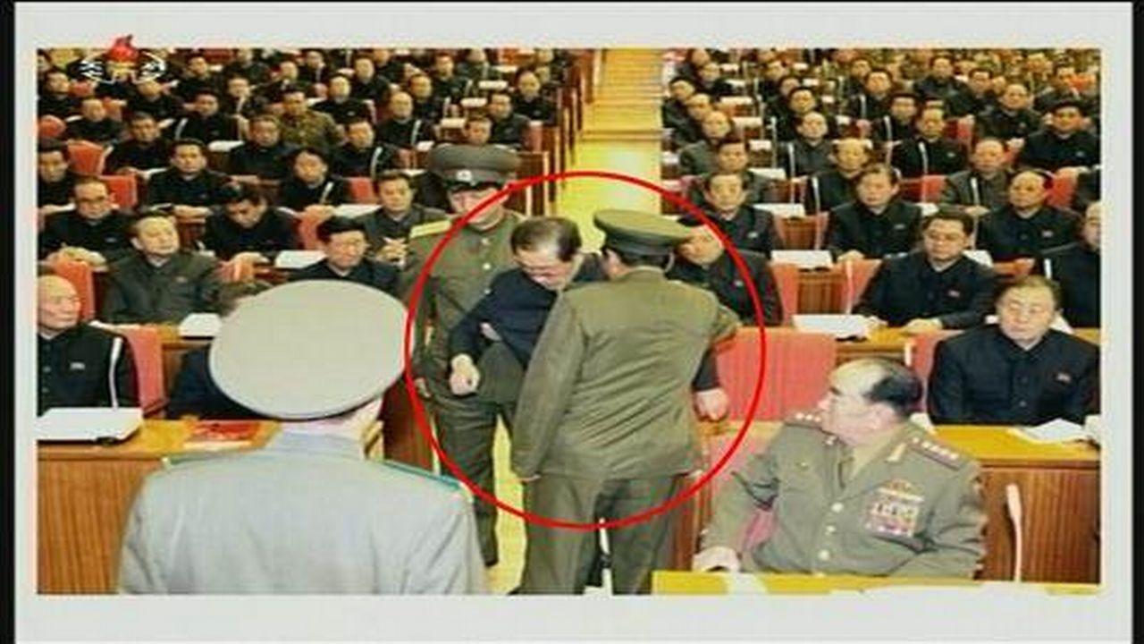 Jang Song-thaek se faisant extirper de son siège le 8 décembre. [epa]