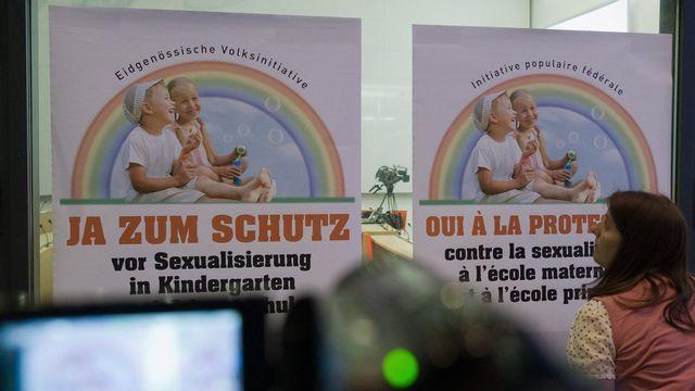 """Affiches de l'initiative """"Oui à la protection contre la sexualisation à l'école maternelle et à l'école primaire"""". [Lukas Lehmann - Keystone]"""