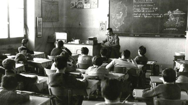 Enfants à l'écoute de l'émission Radioscolaire. [Murat - RTS]