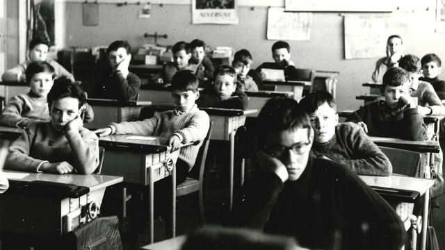 Enfants en classe à l'écoute de l'émission Radioscolaire. [Murat - RTS]