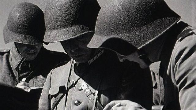Soldats suisses à la manoeuvre en 1954. [RTS]