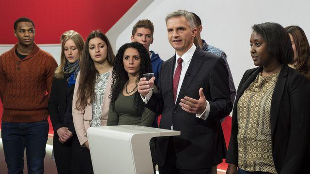 Didier Burkhalter s'est entouré de jeunes pour prononcer son premier discours présidentiel. [Peter Schneider - Keystone]