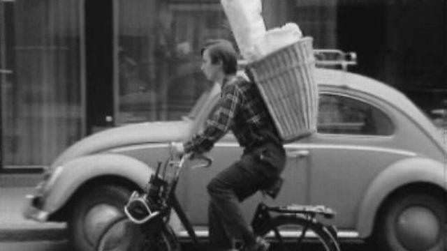 En 1968, Marcel livre des fleurs pour gagner son argent de poche. [RTS]