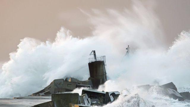 La violente tempête qui traverse le Portugal et l'Espagne a soulevé des vagues jusqu'à neuf mètres de haut. [Alberto Morante - EPA/Keystone]