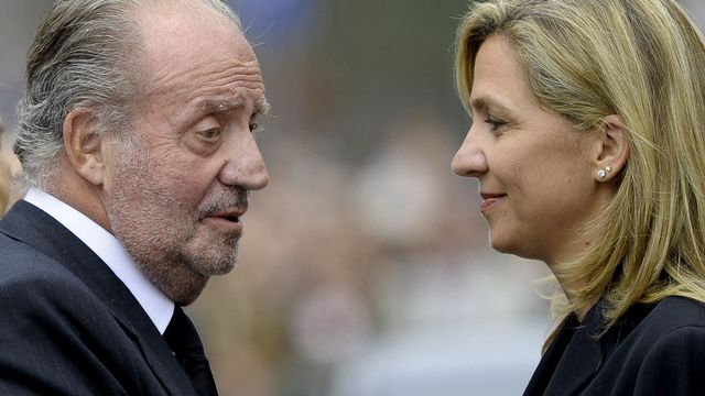 L'affaire met encore un peu plus à mal la monarchie (ici, Juan Carlos avec sa fille Cristina). [Josep Lago - AFP]