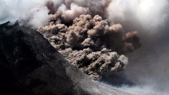 Samedi 11 janvier: regain d'activité du volcan Sinabung, dans le nord de l'île indonésienne de Sumatra. [Ade Sinuhaji - Keystone]