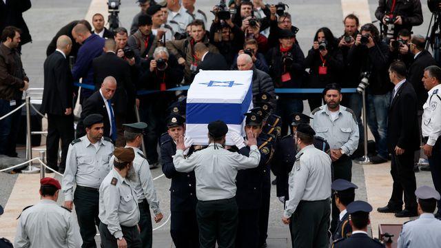 Des membres de la Knesset portent le cercueil d'Ariel Sharon devant le bâtiment du Parlement israélien. [Darren Whiteside - Reuters]