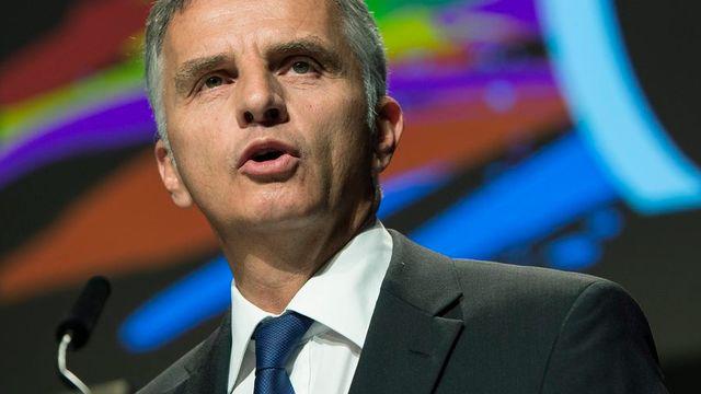 Sénateurs et conseillers nationaux ont accordé leur confiance à Didier Burkhalter pour remettre sur le métier la voie bilatérale. [Peter Schneider - Keystone]