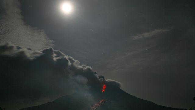 Mardi 14 janvier: nouvelle éruption du volcan Sinabung en Indonésie. [AP/Binsar Bakkara - Keystone]
