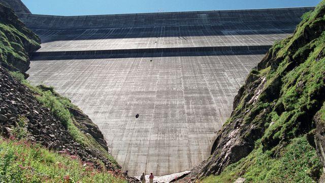 Le mur du barrage de la Grande-Dixence vu d'en-bas. [Andrée-Noëlle Pot]