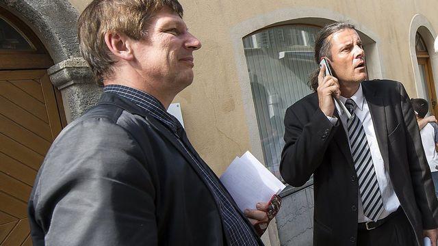 Le conseiller d''Etat Oskar Freysinger, à droite, et Jean-Marie Cleusix, à gauche, nouveau chef du Service de l'enseignement, en juin dernier. [Olivier Maire - Keystone]