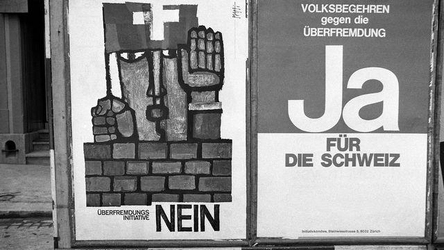 """Affiches pour et contre l'initiative populaire """"Contre l'emprise étrangère"""" du 7 juin 1970. [Keystone]"""