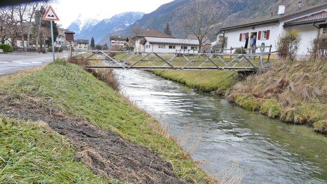 Le canal qui traverse Turtig devra lui aussi être assaini. [Simon Corthay - RTS]