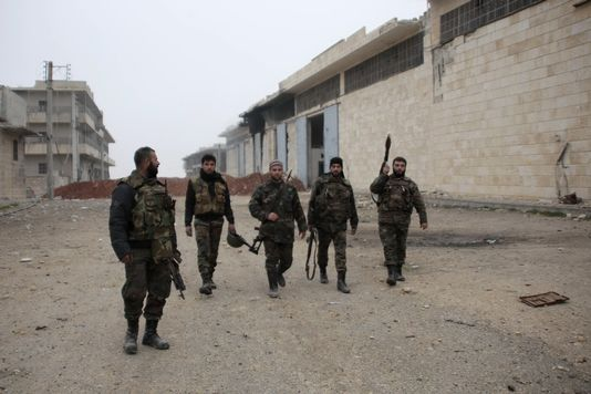 Des soldats de l'armée syrienne loyale à Bachar al-Assad dans les rue d'Alep, le 14 janvier. [George Ourfalian - Reuters]