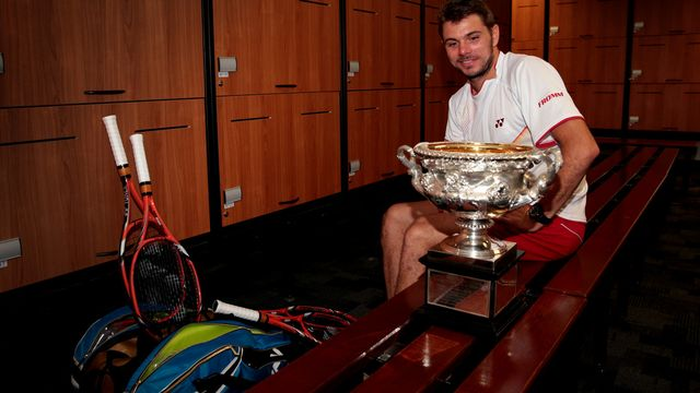 Stan, ses raquettes et son trophée occupent les colonnes de la presse mondiale. [Keystone]