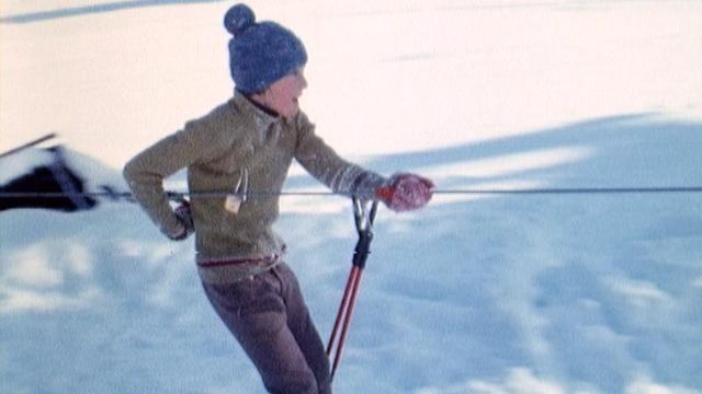 Un jeune garçon sur le téléski de Vuisternens en 1973. [RTS]