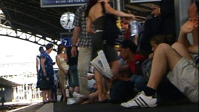 Passagers des CFF sur le quai à la gare lors d'une panne en 2005 [TSR 2005]