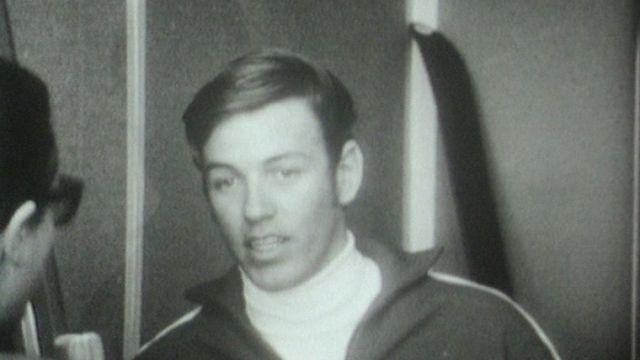 Au village olympique de Grenoble, le skieur Jean-Daniel Daetwyler répond aux questions en 1968. [RTS]