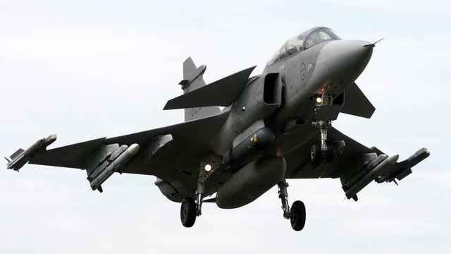 Contre l'avis de la Chambre du peuple, le Conseil des Etats veut un financement spécial pour l'achat de nouveaux avions de combat (image 2008). [Sigi Tischler - Keystone]