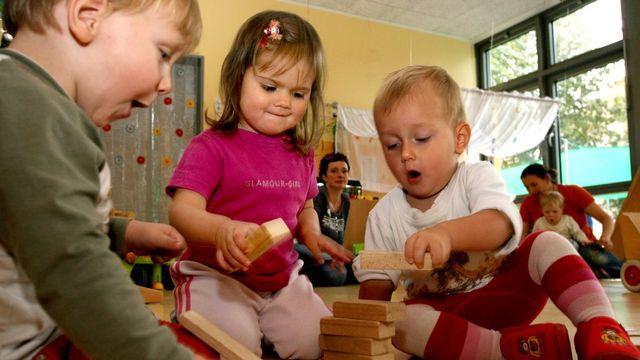Un adulte pourra encadrer 10 enfants âgés de 2 à 3 ans, contre 8 actuellement, selon la nouvelle loi. [AP Photo/Matthias Rietschel - Keystone]