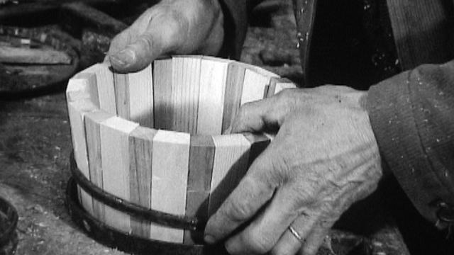 Un paysan fabrique un bac à crème dans son atelier. [RTS]