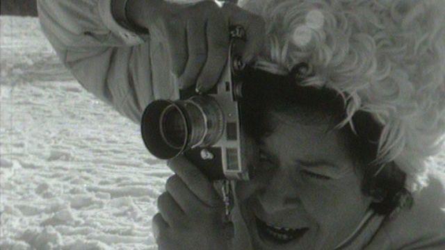 La photographe Hanni Walter en action dans une station de ski. [RTS]