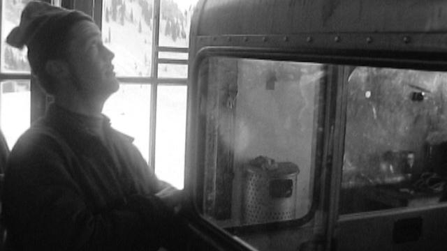 Un paysan travaille au télécabine de la station de Charmey en 1967. [RTS]