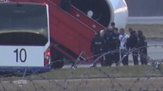 Détournement d'avion - Les passagers évacués [RTS]