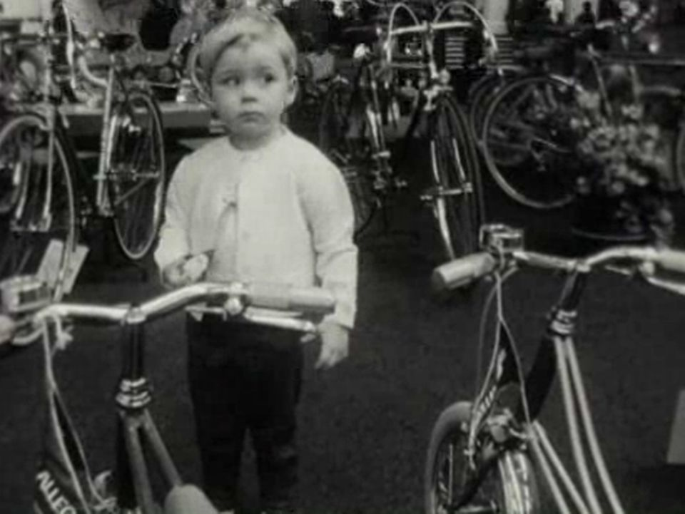 des vélos au salon - Carrefour, 20 mars 1963. [RTS]