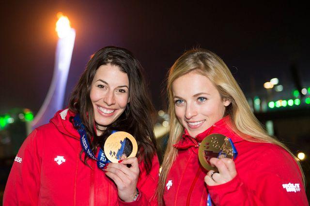 Dominique Gisin (or) et Lara Gut, deux charmantes Suissesses sur le podium de l'épreuve reine, la descente. [Jean-Christophe Bott - Keystone]