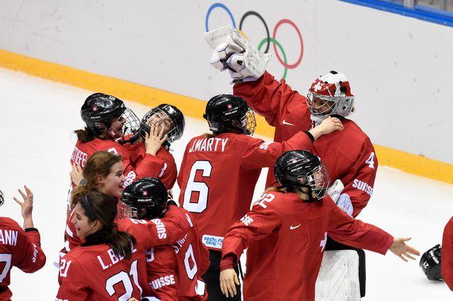 Les Suissesses se félicitent après une médaille de bronze acquise de haute lutte. [Laurent Gilliéron  - Keystone]