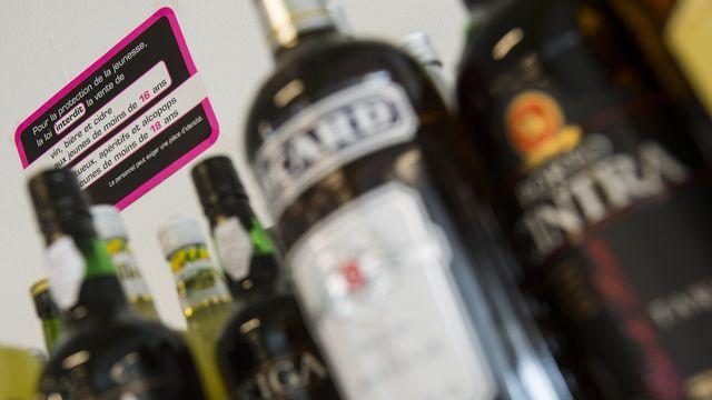 Dans le cadre de manifestations festives, culturelles et sportives, sur 57 achats-tests, les jeunes n'ayant pas l'âge requis ont essuyé seulement quatre refus de vente d'alcool. [Jean-Christophe Bott - Keystone]