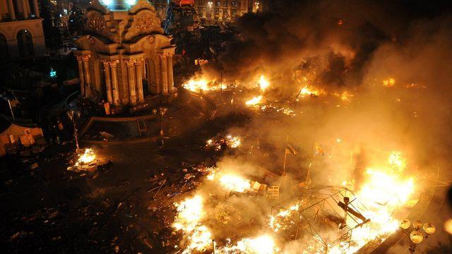Feux sur la place de l'Indépendance à Kiev, en Ukraine. [Keystone]